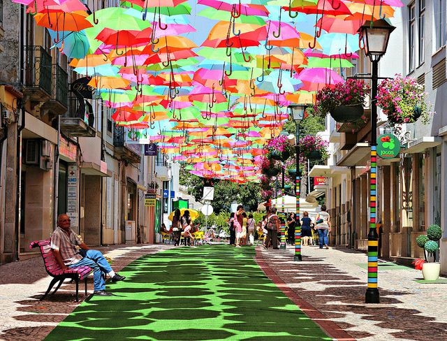http://a392.idata.over-blog.com/3/07/70/49/ART-deRue/Installation-Parapluie-Portugal/umbrellas-1.jpg